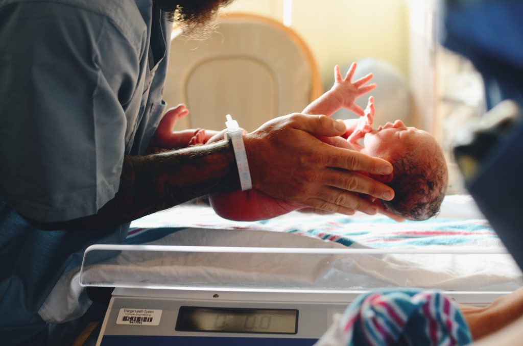 誕生する赤ちゃんの画像