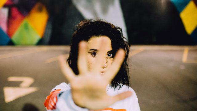 拒否する女性のイメージ